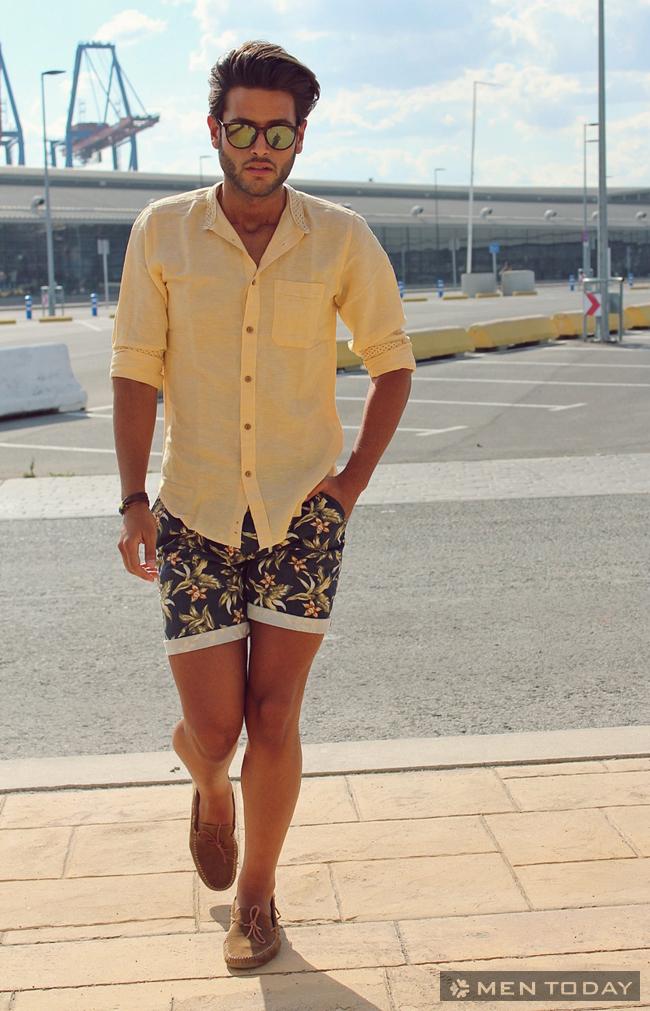 Chàng phong cách dạo biển cùng quần short họa tiết