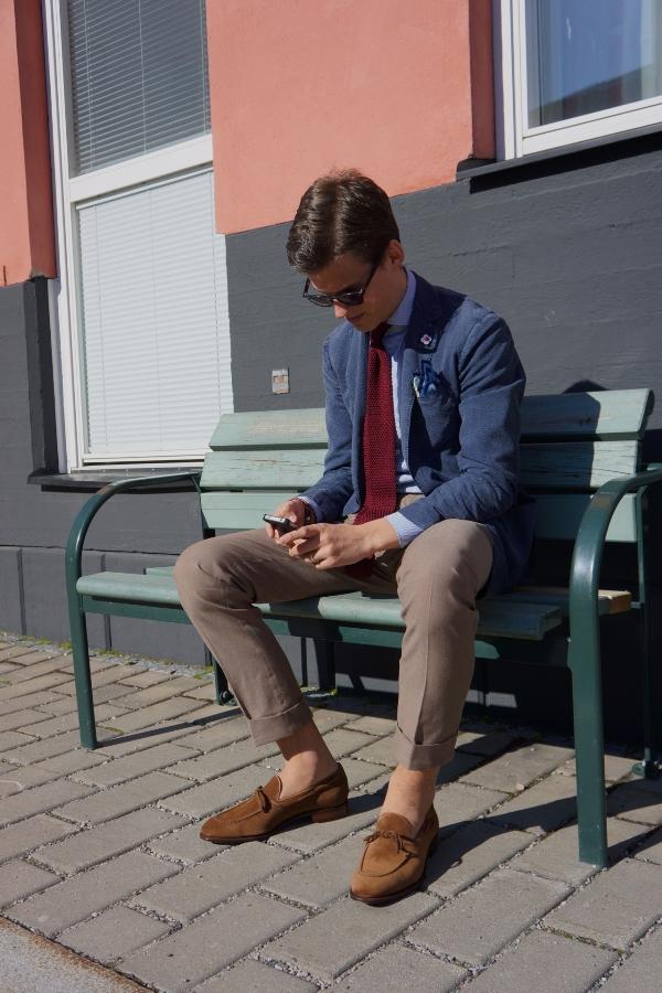 Chàng thanh lịch cùng đôi giày da lộn màu nâu
