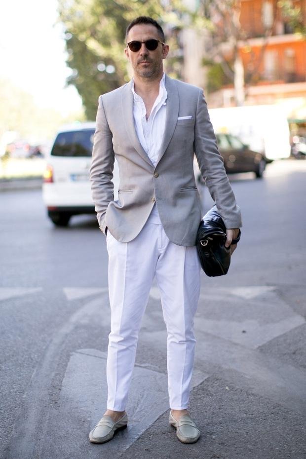 Loafers kết hợp nhã nhặn cùng jeans trắng và blazer xám
