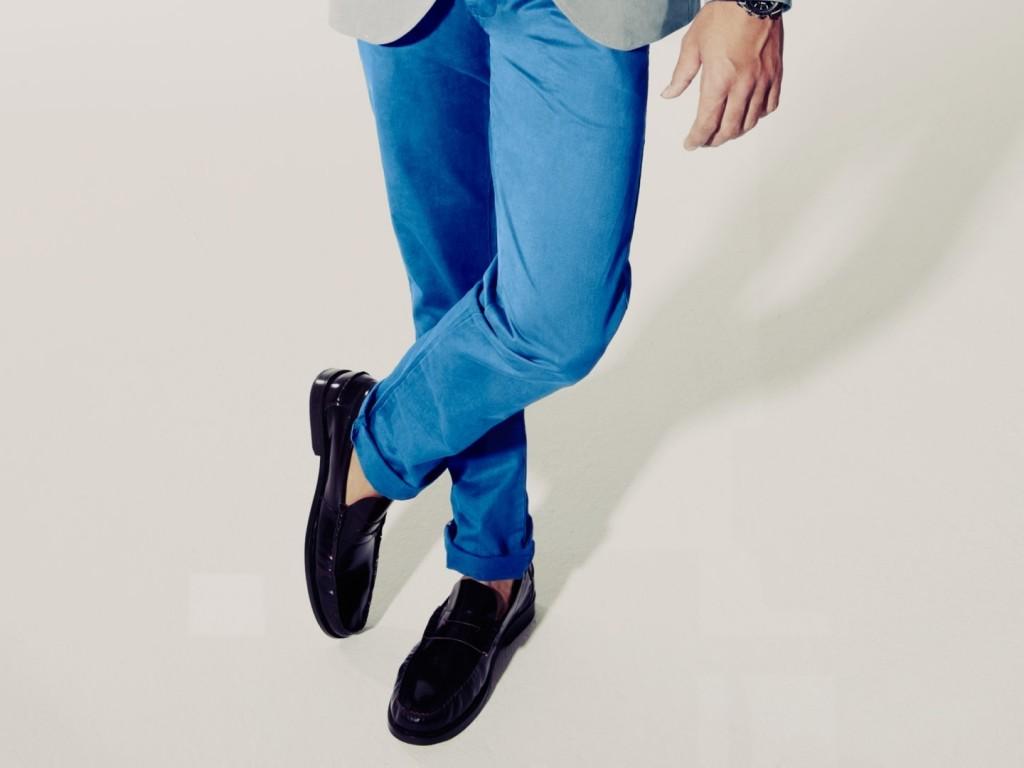 Loafers không tất kết hợp cùng quần jeans xanh