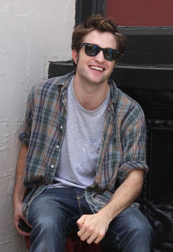 Robert Pattinson đơn giản cùng sơ mi kẻ