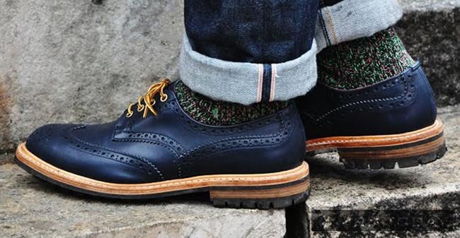 Dây buộc giày màu tương phản giúp chàng tạo điểm nhấn