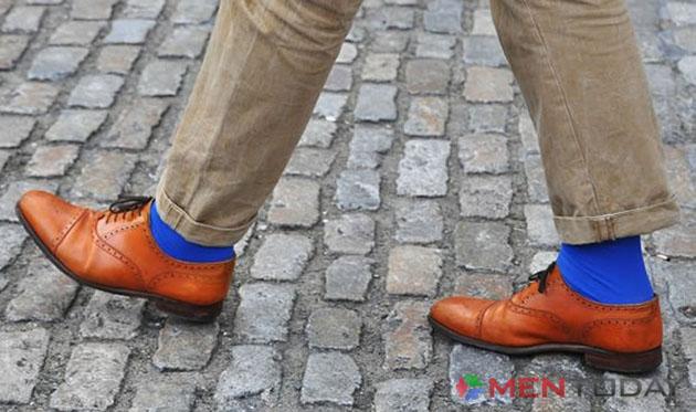 Quý ông nổi bật với đôi tất mang sắc xanh hiện đại
