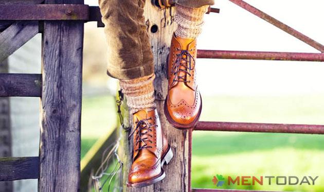 Chàng kết hợp ăn ý giữa các tông màu từ quần, tất và giày